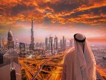 Αραβική εικονική παράσταση πόλης προσοχής ατόμων του Ντουμπάι με τη σύγχρονη φουτουριστική αρχιτεκτονική στα Ηνωμένα Αραβικά Εμιρ Στοκ Εικόνες