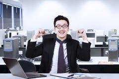 Αραβική επιτυχία εορτασμού επιχειρηματιών στον εργασιακό χώρο Στοκ φωτογραφίες με δικαίωμα ελεύθερης χρήσης
