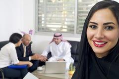 Αραβική επιχειρηματίας στην αρχή με τη συνεδρίαση του Businesspeople στο υπόβαθρο Στοκ Φωτογραφία