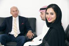 Αραβική επιχειρηματίας στην αρχή με τη συνεδρίαση του Businesspeople στο υπόβαθρο Στοκ Εικόνα