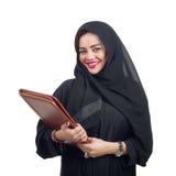 Αραβική επιχειρησιακή γυναίκα που κρατά έναν φάκελλο απομονωμένο στο λευκό Στοκ φωτογραφίες με δικαίωμα ελεύθερης χρήσης