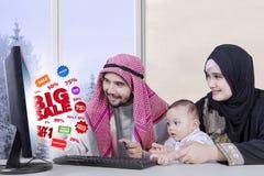 Αραβική οικογένεια με τη ΜΕΓΑΛΗ ΠΩΛΗΣΗ Στοκ εικόνα με δικαίωμα ελεύθερης χρήσης