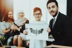 Αραβική οικογένεια στην υποδοχή στο γραφείο ψυχοθεραπευτών στοκ εικόνα