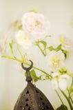Αραβικοί λαμπτήρες χεριών με τα λουλούδια στοκ φωτογραφία με δικαίωμα ελεύθερης χρήσης