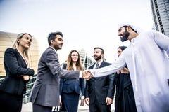 Αραβικοί και δυτικοί επιχειρηματίες στοκ εικόνα με δικαίωμα ελεύθερης χρήσης
