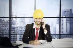 Αραβικός αρχιτέκτονας με το smartphone στο γραφείο Στοκ φωτογραφίες με δικαίωμα ελεύθερης χρήσης