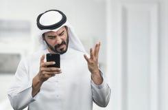 Αραβικός επιχειρηματίας που εκφράζει το θυμό στο τηλέφωνο Στοκ φωτογραφία με δικαίωμα ελεύθερης χρήσης
