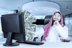 Αραβικός επιχειρηματίας που εξετάζει τα χρήματα Στοκ Εικόνα