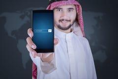 Αραβικός επιχειρηματίας που επιδεικνύει το φραγμό αναζήτησης εργασίας Στοκ Φωτογραφία