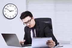 Αραβικός επιχειρηματίας που εργάζεται με ένα lap-top και μια ταμπλέτα Στοκ Εικόνες