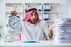 Αραβικός επιχειρηματίας που εργάζεται στο γραφείο που κάνει τη γραφική εργασία με ένα pi στοκ εικόνες