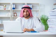 Αραβικός επιχειρηματίας που εργάζεται στο γραφείο που κάνει τη γραφική εργασία με ένα pi στοκ εικόνα