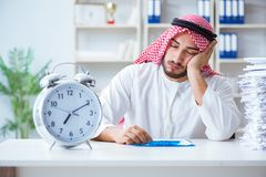 Αραβικός επιχειρηματίας που εργάζεται στο γραφείο που κάνει τη γραφική εργασία με ένα pi στοκ εικόνα με δικαίωμα ελεύθερης χρήσης