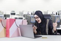 Αραβικός επιχειρηματίας που φωνάζει στο τηλέφωνο Στοκ Φωτογραφία
