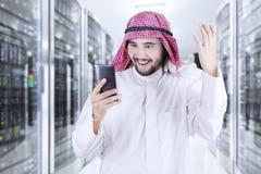 Αραβικός επιχειρηματίας που χρησιμοποιεί το τηλέφωνό του Στοκ Φωτογραφία