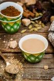 Αραβικός καφές με τους σπόρους cardamon - παραδοσιακός καφές Ξύλινη ανασκόπηση Εκλεκτική εστίαση Στοκ φωτογραφία με δικαίωμα ελεύθερης χρήσης