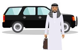 Αραβικός μουσουλμανικός επιχειρηματίας που στέκεται κοντά στο αυτοκίνητο στο άσπρο υπόβαθρο στο επίπεδο ύφος χρυσή ιδιοκτησία βασ Στοκ Φωτογραφίες