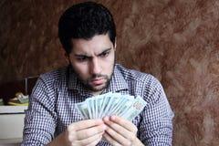Αραβικός νέος επιχειρηματίας με τα χρήματα λογαριασμών δολαρίων Στοκ Εικόνα
