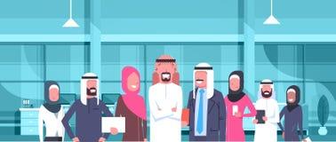 Αραβικός προϊστάμενος επιχειρηματιών με την ομάδα των αραβικών επιχειρηματιών στο σύγχρονο γραφείο που φορά τους παραδοσιακούς αρ ελεύθερη απεικόνιση δικαιώματος