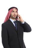 Αραβικός σαουδικός επιχειρηματίας που μιλά στο κινητό τηλέφωνο Στοκ Εικόνα