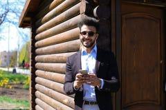 Αραβικός φίλος που μιλά τηλεφωνικώς με τον πλούσιο πατέρα Στοκ Εικόνα