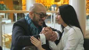 Αραβικό άτομο και τα χέρια συνεδρίασης και εκμετάλλευσης κοριτσιών απόθεμα βίντεο