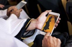 Αραβικό άτομο που εξετάζει το τηλέφωνό του Στοκ Εικόνα