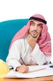 Αραβικό άτομο που εργάζεται στο γραφείο Στοκ εικόνες με δικαίωμα ελεύθερης χρήσης