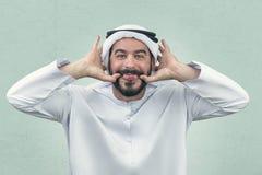 Αραβικό άτομο που κάνει μια αστεία έκφραση, αδέξια έκφραση ενός αραβικού επιχειρηματία Στοκ Εικόνες