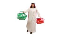 Αραβικό άτομο που κάνει τις αγορές που απομονώνονται στο λευκό Στοκ εικόνα με δικαίωμα ελεύθερης χρήσης
