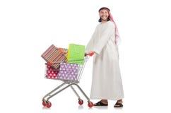 Αραβικό άτομο που κάνει τις αγορές που απομονώνονται στο λευκό Στοκ Φωτογραφίες
