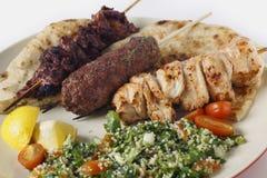 Αραβικό γεύμα σχαρών ύφους με το tabouleh στοκ εικόνα με δικαίωμα ελεύθερης χρήσης