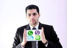 Αραβικό επιχειρησιακό άτομο με τα λογότυπα εφαρμογών αγγελιοφόρων Στοκ εικόνες με δικαίωμα ελεύθερης χρήσης