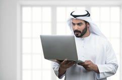 Αραβικό επιχειρησιακό άτομο που χρησιμοποιεί το σημειωματάριο σε ένα σύγχρονο γραφείο Στοκ φωτογραφία με δικαίωμα ελεύθερης χρήσης