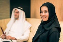 Αραβικό ζεύγος στο σπίτι Στοκ φωτογραφία με δικαίωμα ελεύθερης χρήσης