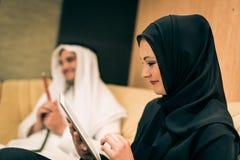 Αραβικό ζεύγος στο σπίτι Στοκ εικόνα με δικαίωμα ελεύθερης χρήσης