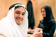 Αραβικό ζεύγος στο σπίτι Στοκ φωτογραφίες με δικαίωμα ελεύθερης χρήσης