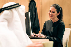 Αραβικό ζεύγος στο σπίτι Στοκ Εικόνα