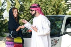 Αραβικό ζεύγος υπαίθρια που έχει το χρόνο διασκέδασης Στοκ Εικόνα