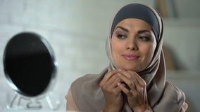 Αραβικό θηλυκό που δοκιμάζει το νέο hijab, παραδοσιακό headscarf, ισλαμικά πρότυπα σεμνότητας απόθεμα βίντεο