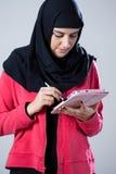 Αραβικό κορίτσι που χρησιμοποιεί την ταμπλέτα Στοκ Εικόνα