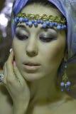 Αραβικό κορίτσι στο τουρμπάνι με τα χρυσά κοσμήματα Στοκ φωτογραφία με δικαίωμα ελεύθερης χρήσης