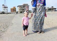 Αραβικό κοριτσάκι με τη μητέρα της που πηγαίνει στην παραλία Στοκ Φωτογραφία
