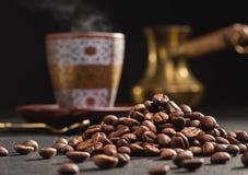 Αραβικό κύπελλο καφέ, φασόλια καφέ και δοχείο καφέ Στοκ Εικόνα