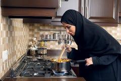 Αραβικό μαγειρεύοντας stew γυναικών στην κουζίνα Στοκ εικόνες με δικαίωμα ελεύθερης χρήσης