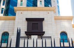 Αραβικό ορθογώνιο παράθυρο ύφους φιαγμένο από ξύλο με το arabesque στοκ φωτογραφίες