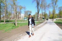 Αραβικό περπάτημα στο πάρκο και χαμόγελο σε σε αργή κίνηση Στοκ φωτογραφία με δικαίωμα ελεύθερης χρήσης