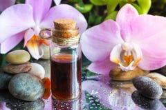 Αραβικό πετρέλαιο μασάζ Πέτρες και λουλούδι ορχιδεών με το φυσικό πετρέλαιο στο σαλόνι SPA Στοκ φωτογραφίες με δικαίωμα ελεύθερης χρήσης
