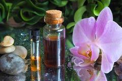 Αραβικό πετρέλαιο μασάζ Πέτρες και λουλούδι ορχιδεών με το φυσικό πετρέλαιο στο σαλόνι SPA Στοκ εικόνες με δικαίωμα ελεύθερης χρήσης