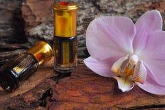 Αραβικό πετρέλαιο μασάζ Πέτρες και λουλούδι ορχιδεών με το φυσικό πετρέλαιο στο σαλόνι SPA Στοκ φωτογραφία με δικαίωμα ελεύθερης χρήσης